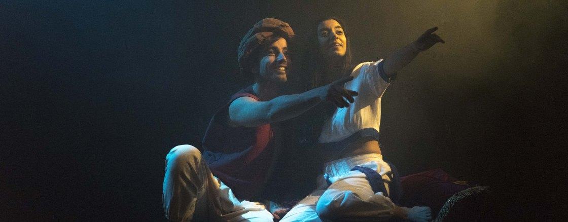 Aladino (Martín Maez) e Jazmin (Rocío Salgado) na alfombra máxica